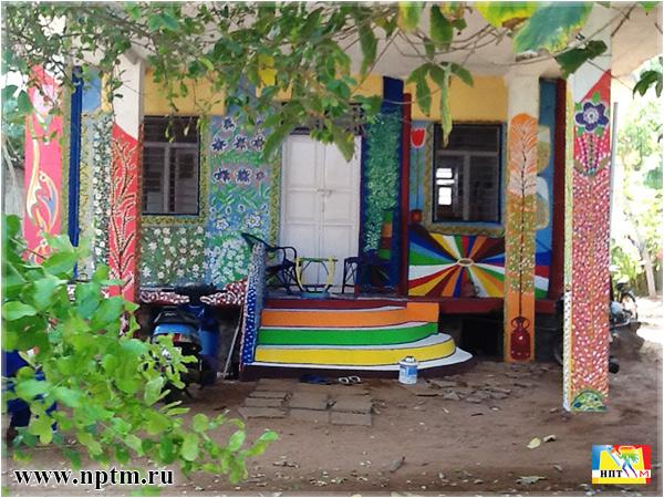 Мария Карпинская росписывает дом в Индии. Фото Нового планетарного телевидения М