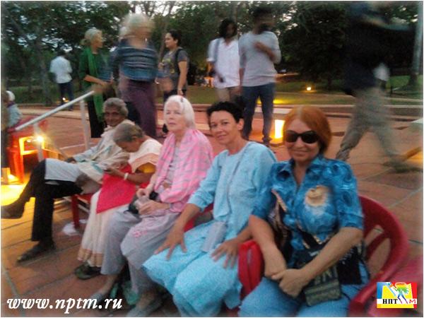 50 лет Ауровиллю - городу Матери Ля Мэр. Мария Карпинская, Майя, Амбашанкара на празднике около Матримандира.
