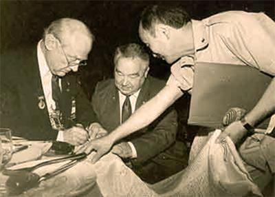 «Благопожелание Людям Земли» подписывают космонавт Г.М. Гречко, американский астронавт Юджин Олдрин, академик Д.Б. Пюрвеев.